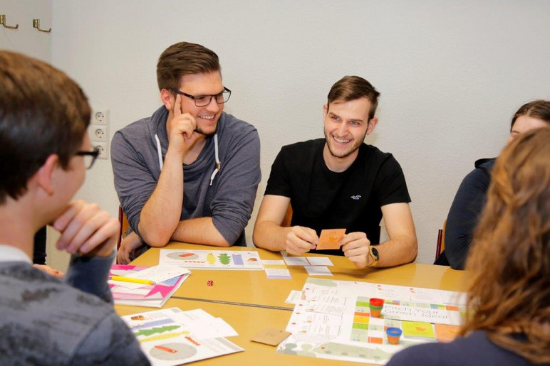 Studierende beim Brettspiel Pitch your Green Idea